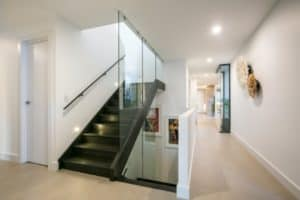 Modern cavity formed stringer with glass balustrade